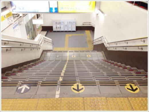 階段下りて右